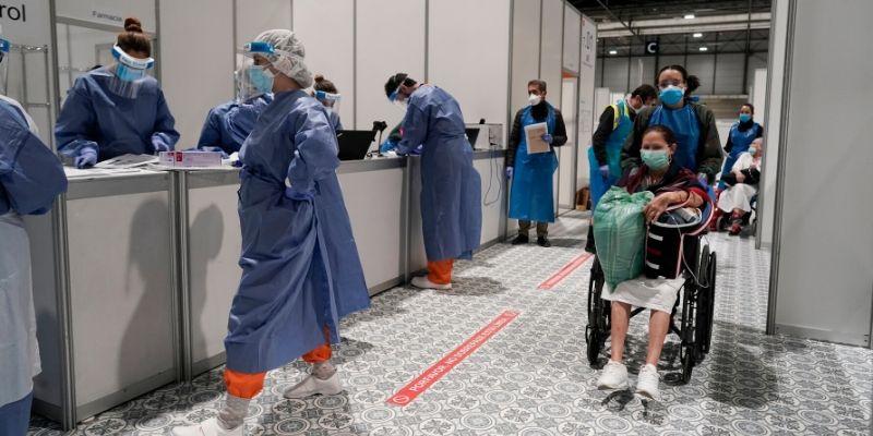 """El Gobierno menosprecia a los celadores, camilleros y personal del hospital al considerarles profesional de """"bajo riesgo"""" de contagio"""