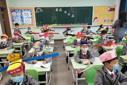 Sombreros de helicópteros o cubículos de papel: La fórmula china para mantener el distanciamiento en las aulas