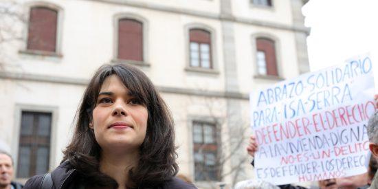 La condenada Isa Serra tiene la desvergüenza de equiparar a Abascal con los asaltantes del Capitolio y en Twitter la machacan