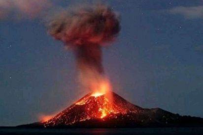El escalofriante instante en que el volcán Krakatoa entra en erupción