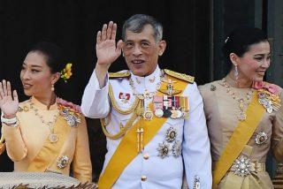Los disparatados caprichos del Rey de Tailandia: Un caniche como su mariscal, sumisas concubinas y cuatro bodas
