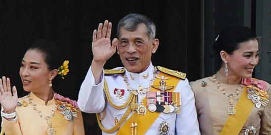 El rey de Tailandia se desfonda sexualmente y abandona su encierro alemán con las 20 concubinas