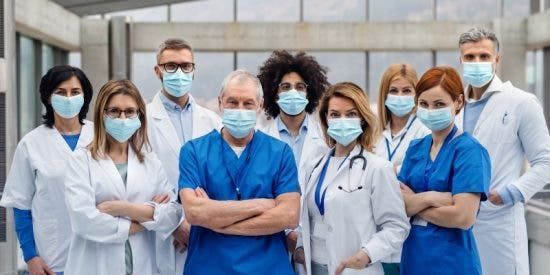"""Los médicos de Madrid anuncian una huelga si Ayuso no les recibe este miércoles para abordar """"la acuciante situación de la sanidad"""""""
