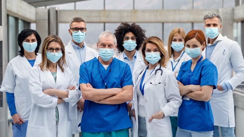El Colegio de Médicos irá como acusación particular contra el Gobierno Sánchez por las mascarillas defectuosas que han infectado a los sanitarios
