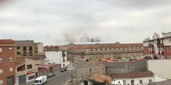 Los funcionarios sofocan un violento motín en el penal de Ocaña: los presos queman los contenedores y el mobiliario