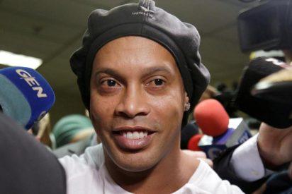 Ronaldinho cumple un mes en la cárcel y se dedica a bailar y jugar al fútbol con asesinos