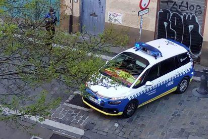 Los proetarras de EH Bildu amenazan con investigar a un coche patrulla con la bandera de España y los policías responden