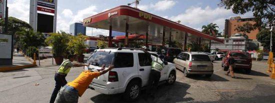 Los venezolanos 'asaltan' las calles por la falta de gasolina y el racionamiento de la dictadura chavista