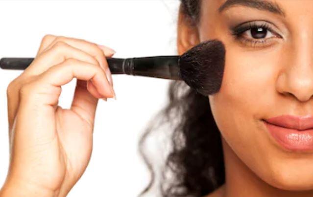 Mejores tonos de coloretes para morenas piel más oscura
