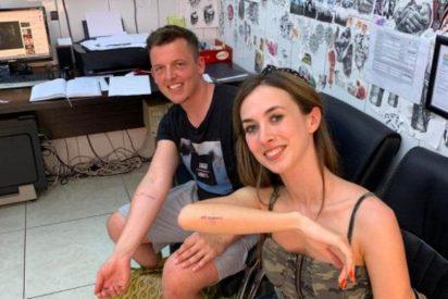 Una pareja se tatúa la fecha de su boda y después la cancelan por el COVID-19