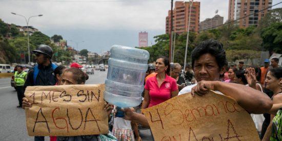 El drama de la Venezuela chavista: primero la escasez de electricidad, después la gasolina, y ahora el agua