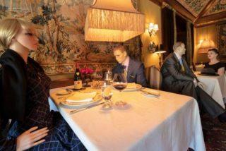 Creatividad en tiempos de COVID-19: un restaurante ameniza el distanciamiento social 'sentando' a maniquíes en mesas vacías
