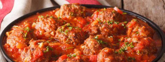 Albóndigas en salsa cremosa de tomate y cebolla