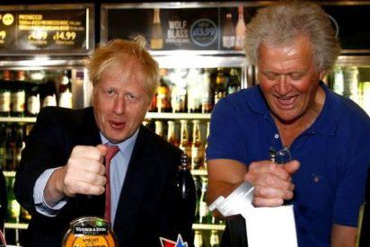 Los 50 cm de Boris Johnson para salvar la hostelería: piden al premier británico que reduzca de 2 metros a 1,5 la distancia social en los pubs