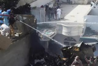 Pakistán: un avión con 107 pasajeros se estrella en una zona residencial del puerto de Karachi