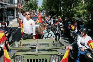 La Vanguardia convierte a un militante raso de VOX en un peligroso fascista con una manipulación de libro