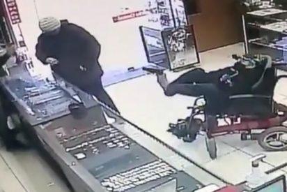 Brasil: Un ladrón sin brazos se ata una pistola a los pies para asaltar una joyería
