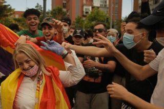PSOE y Podemos usan bandas de menas para 'cazar' a los que llevan banderas españolas