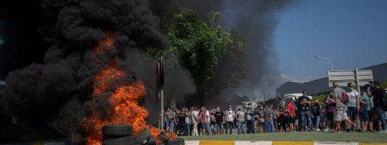 Trabajadores de Nissan queman neumáticos ante el cierre de la empresa en Barcelona