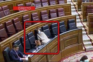 Escaño, mantita y mascarilla: así 'disfrutó' Carmen Calvo del pleno del Congreso