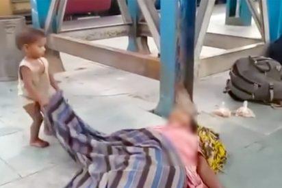El niño que intenta despertar a su madre muerta por coronavirus en el andén del tren