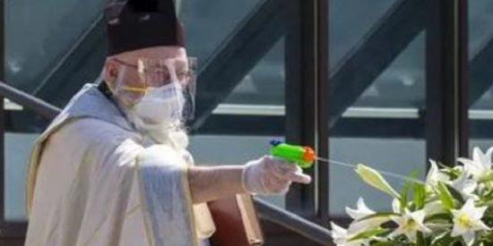 El cura que dispara a sus feligreses con una pistola de agua... ¡bendita!