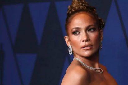 Jennifer Lopez a pelo y con plumas como ropa interior