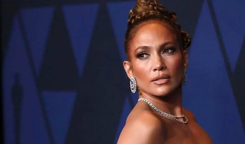 Jennifer Lopez, 'encuerada' y con coleta