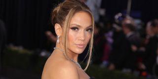 Jennifer Lopez presume de candentes piernas para mostrar su línea de zapatos