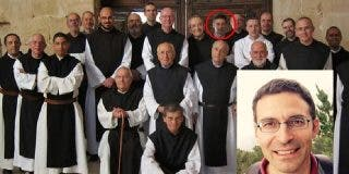 Pablo Iglesias hace a un monje miembro de la Ejecutiva de Podemos