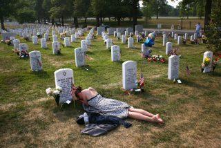 La foto viral de una mujer llorando en la tumba de su prometido: la historia de la conmovedora imagen