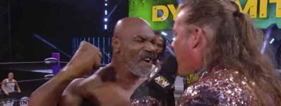 El regreso 'fake' de Mike Tyson al cuadrilátero: lo revienta todo en un show de lucha libre