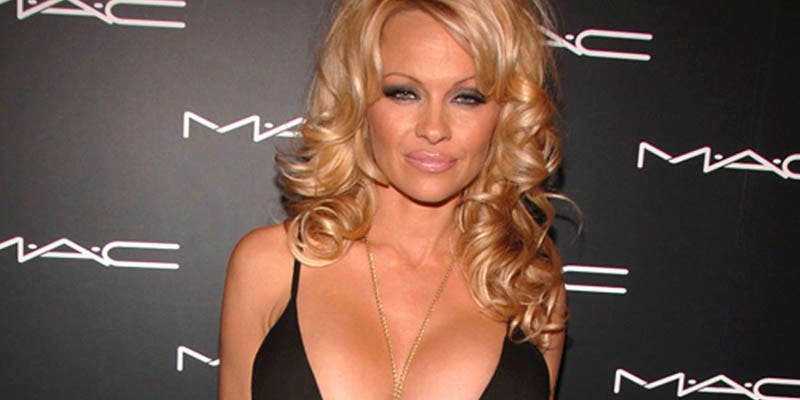 """Pamela Anderson explota toda su sexualidad a los 52 años: """"Siempre enamorada, siempre con el corazón roto"""""""