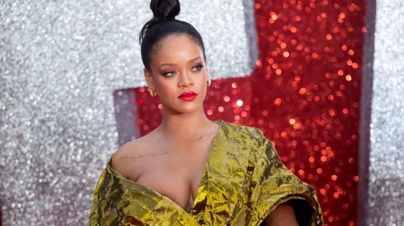 Rihanna derrite la Navidad posando en lencería diminuta y de látex blanco