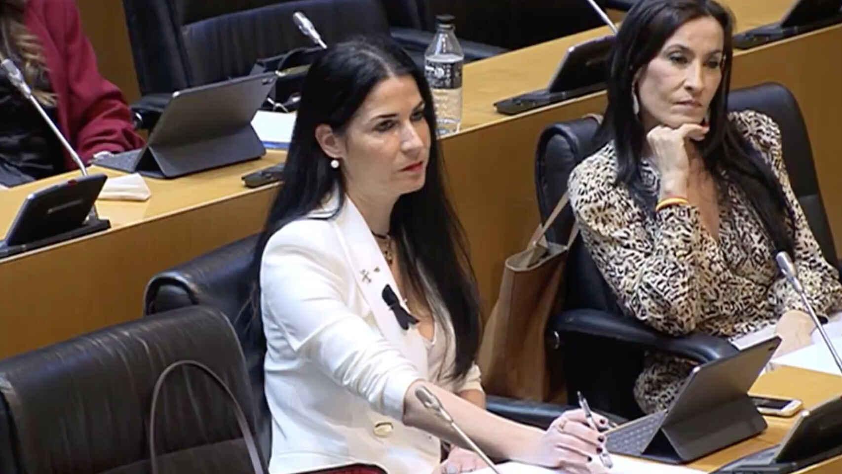 """El desprecio clasista oculto en el PSOE: dos asesores cargan contra mujeres de VOX y las llaman """"las Azúcar Moreno diputadas"""""""