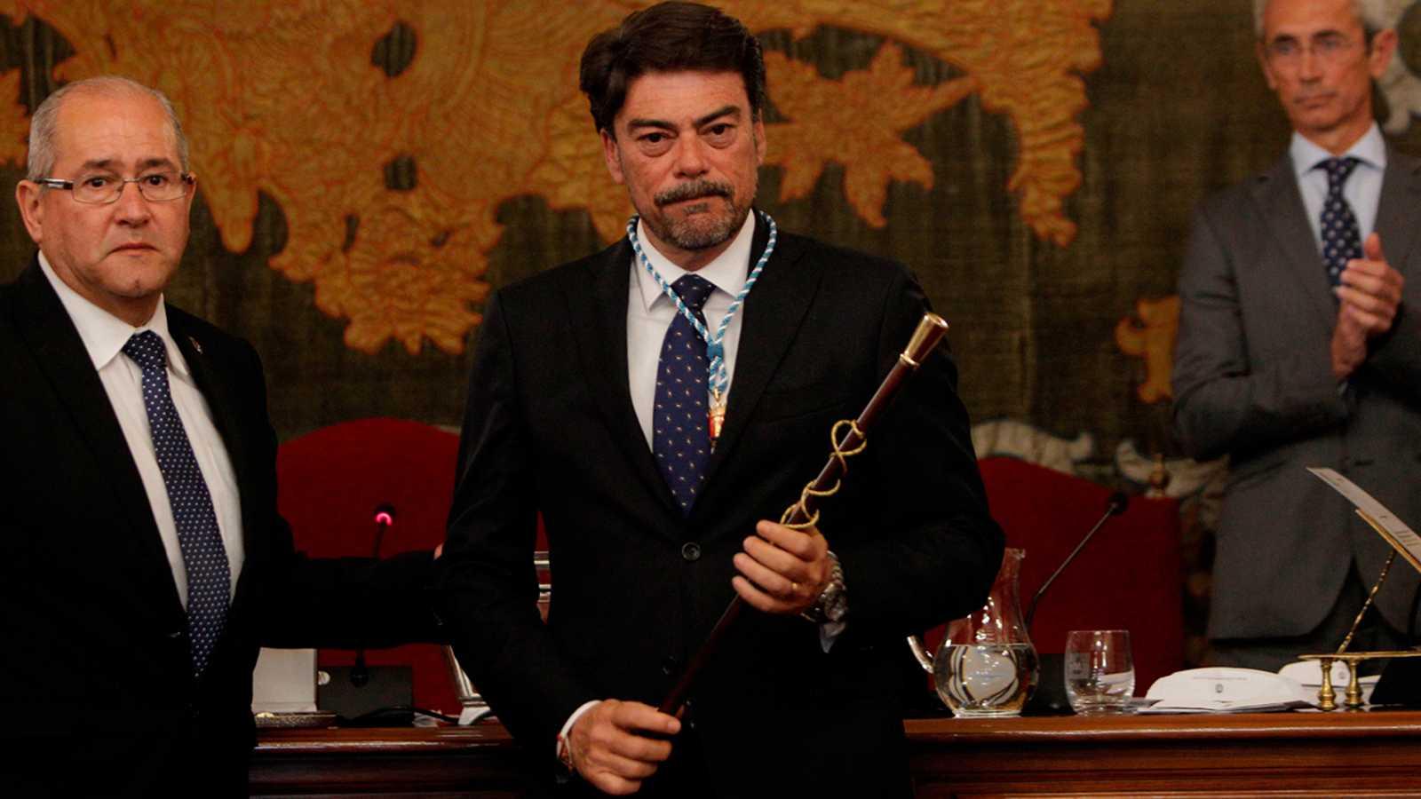 Luis Barcala, alcalde de Alicante (PP), se alía con Pedro Sánchez e impone un 'toque de queda' a sus vecinos