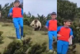 ¡Inaudito! Un niño escapa tranquilamente de un oso y logra evitar un ataque