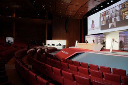 Imagen de la Junta General de Accionistas virtual celebrada por el Banco Santander hace pocas semanas. En la mesa blanca, José Antonio Alvarez, consejero delegado; Ana Botín, presidenta, y jaime Pérez Renovales, secretario general.
