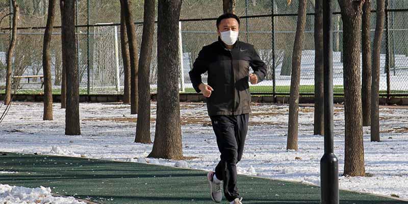 COVID-19 en China: salió a correr con mascarilla y terminó en el quirófano por una lesión en un pulmón