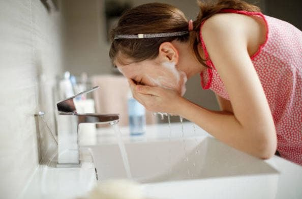 Cómo cuidar la piel en la adolescencia - lavar a diario
