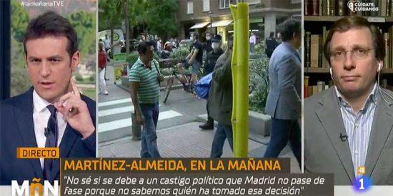 El sustituto de la purgada María Casado reconoce que le 'chivan' por pinganillo las preguntas a Martínez-Almeida
