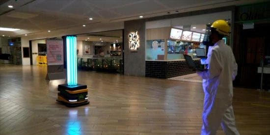 En Singapur 'exterminan' al coronavirus en un centro comercial usando unrobot con luz ultravioleta