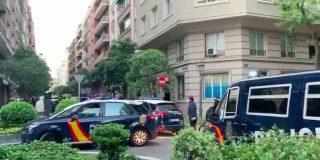 Encuentran el cadáver ensangrentado de una mujer escondido entre los setos de una calle de Madrid