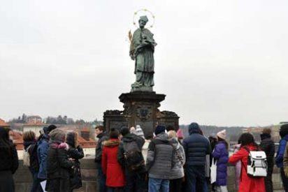 Praga: Pidiendo un deseo ante la estatua de San Juan Nepomuceno