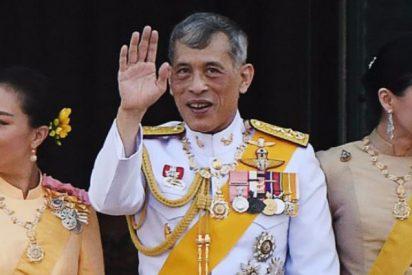 """""""¿Por qué Tailandia necesita un rey que vive en Alemania?"""": protestas contra el monarca 'depravado' y su aislamiento sexual con 20 concubinas"""