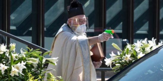 El sacerdote que bendice a los fieles con una pistola de agua llama la atención del Vaticano