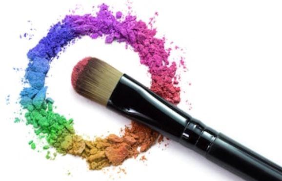 brocha o pincel para aplicar sombra de ojos distintos tonos