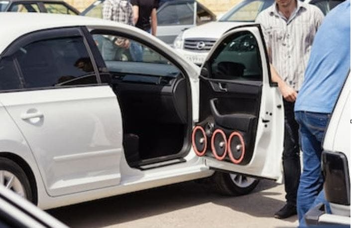 subwoofers para coche instalado en la puerta
