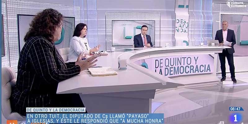 Pillan a la directora de Público recibiendo órdenes de Moncloa en su móvil en pleno directo en TVE
