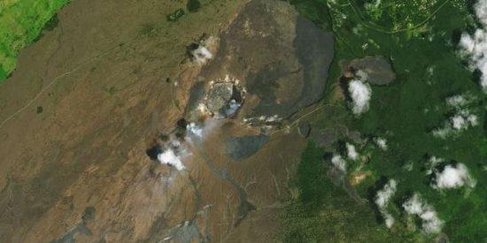 Un lago 'nace' en la cima del volcán Kilauea tras la erupción de hace dos años